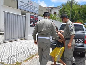 Adolescente  é preso após assaltar residência em João Pessoa  (Foto: Walter Paparazzo/G1)