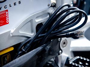 Para carregar a bateria basta conectar o cabo a uam tomada 110 ou 220 volts (Foto: Raul Zito/ G1)