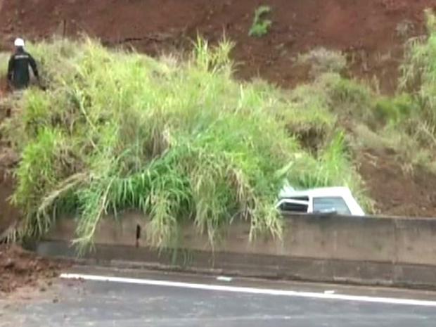 Veículo ficou soterrado após deslizamento na região de Franca (Foto: Reprodução/ EPTV)