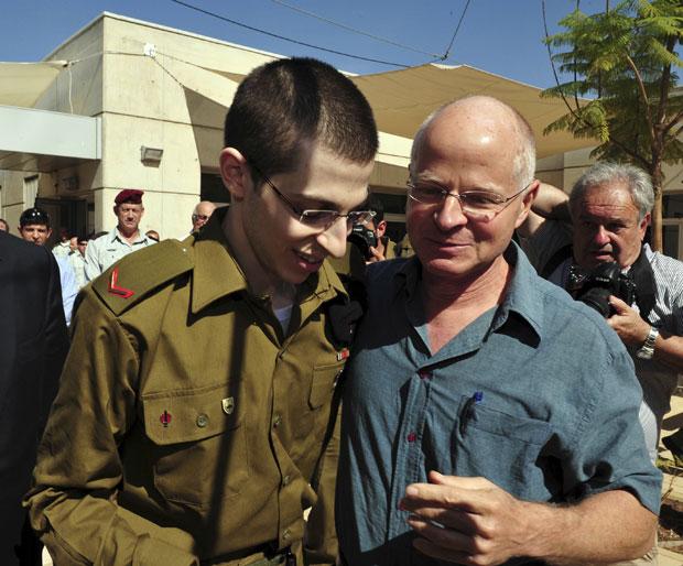 Gilad ao lado do pai, Noam, após chegar em uma base aérea de Israel (Foto: Reuters)