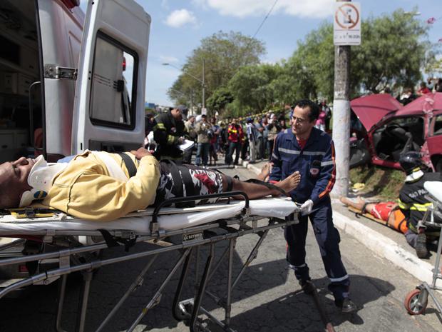 Carro bate em poste e deixa feridos na Zona Norte de São Paulo (Foto: Nelson Antoine/Fotoarena/Folhapress)