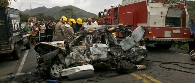 Carro pegou fogo após bater em carreta na BR-101. (Foto: Vinícius Baptista/TV Gazeta)