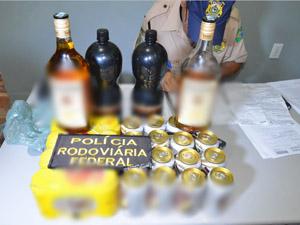 Bebidas foram apreendidas dentro de carro com adolescente em João Pessoa (PB) (Foto: Walter Paparazzo/G1)