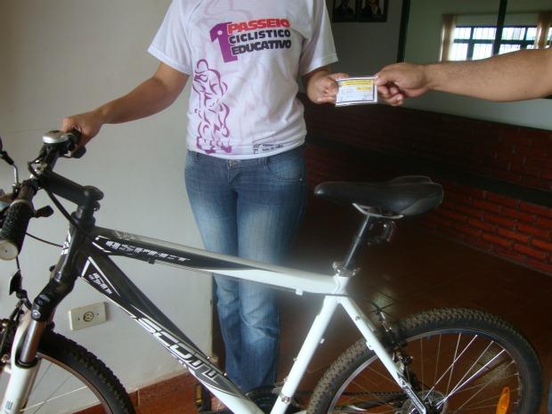 Cidade do interior de MS distribui carteira de ciclista para população (Foto: André Nezzi/Caarapó News)