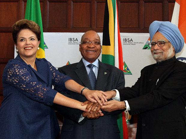 Dilma Rousseff ao lado do presidente da África do Sul, Jacob Zuma, e o primeiro-ministro da Índia, Manmohan Singh, após reunião da Cúpula do Ibas (Foto: Roberto Stuckert Filho / Presidência)