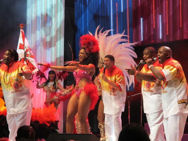 Rainha de bateria da Dragões da Real é destaque de apresentação (Foto: Marcelo Mora/G1)