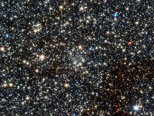 O segundo aglomerado descoberto, bem no meio da imagem, VVV CL002, que pode ser o que está mais ao centro da galáxia (Foto: ESO/D. Minniti/VVV Team)