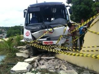 Microônibus perdeu o controle e invadiu muro de escola (Foto: Carlos Eduardo Matos/G1 AM)
