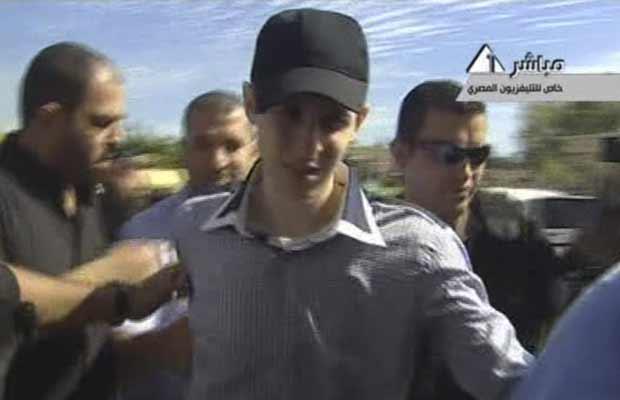 Gilad Shalit em imagem de vídeo da TV egípcia, em local não determinado em Gaza (Foto: AP)