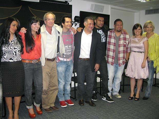 O diretor de núcleo da TV Globo, Luis Gleizer (de óculos) e parte dos artistas evangélicos que vão participar do Festival Promessa em dezembro (Foto: Henrique Porto/G1)