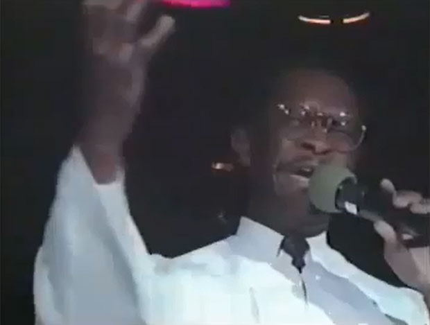 O republicano Herman Cain estrela o vídeo, gravado em 1991 (Foto: Reprodução/Youtube)