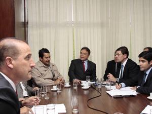 PM João Dias Ferreira (de jaqueta cáqui) durante conversa com parlamentares da oposição (Foto: Lia de Paula/Agência Senado)