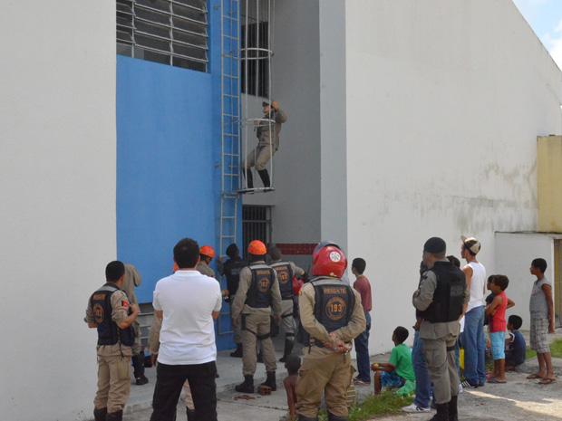 Garoto dá trabalho aos Bombeiros em João Pessoa (Foto: Walter Paparazzo/G1)