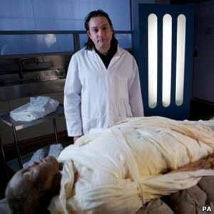 Doutor Stephen Buckley e a múmia de Alan Billis (Foto: PA)