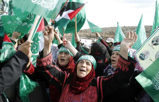 Palestinos fazem festa pela chegada dos libertados nesta terça-feira (18) na passagem de  Beituniya, em Ramallah, na Cisjordânia (Foto: Reuters)