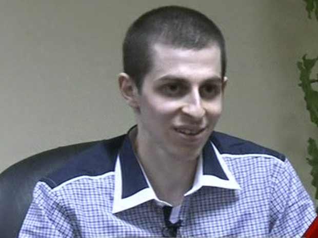 Gilad Shalit dá entrevista à TV do Egito nesta terça-feira (18) (Foto: AP)