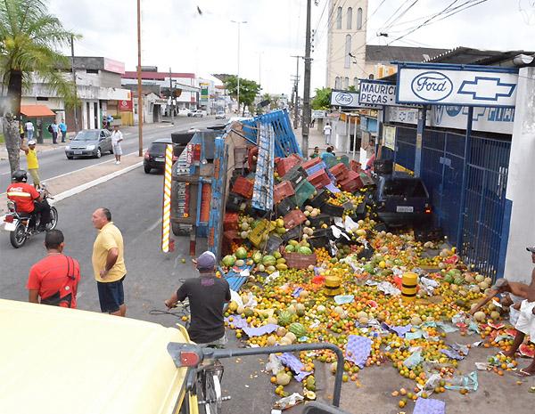 Acidente com caminhão carregado de frutas em João Pessoa (PB) (Foto: Walter Paparazzo/G1)