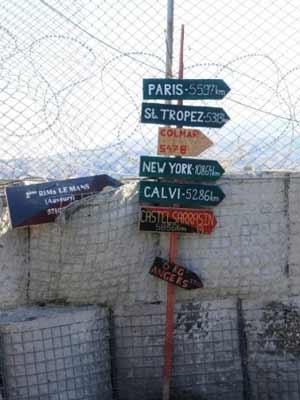 Placa na base de Torah, no distrito de Surobi, a 50 km de Cabul, mostra as distâncias de cidades ocidentais. A foto é de 14 de outubro (Foto: AP)