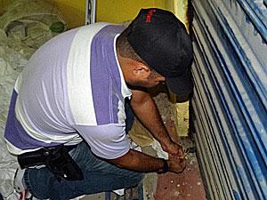 Loja interditada em Santa Cruz do Capibaribe, por suspeita de vender material originado em lixo hospitalar (Foto: Katherine Coutinho / G1)