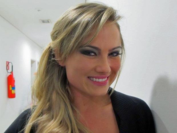 A atriz e modelo Ellen Rocche garante que mantém a forma sambando o ano inteiro na quadra da Rosas de Ouro (Foto: Marcelo Mora/G1)