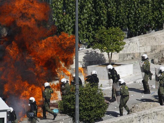 Manifestantes enfrentam a polícia na Grécia (Foto: AFP)