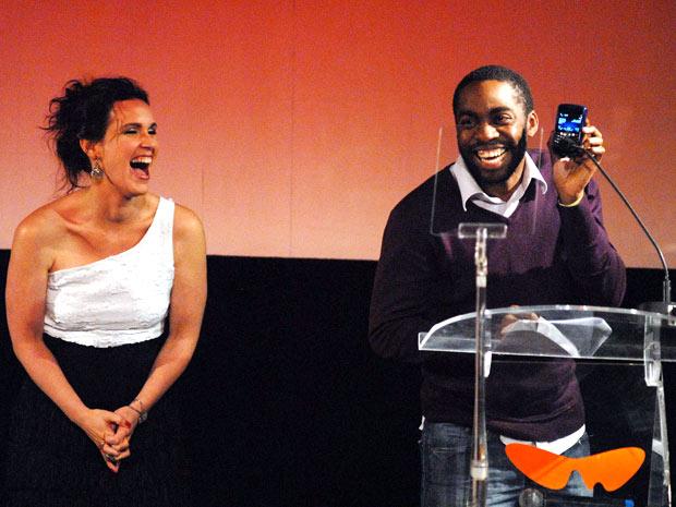 Vanessa Lóes, uma das apresentadoras da noite, ri de Lázaro Ramos, que colocu a atriz Maria Luísa Mendonça para agradecer ao troféu de Melhor Atriz Coadjuvante pelo telefone, no viva-voz (Foto: Alexandre Durão/G1)