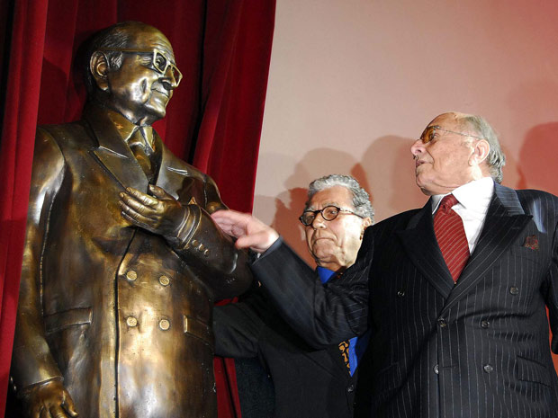 O diretor Carlos Manga (de gravata vermelha) brinca com a própria estátua diante do também diretor Neville D'Almeida (Foto: Alexandre Durão/G1)