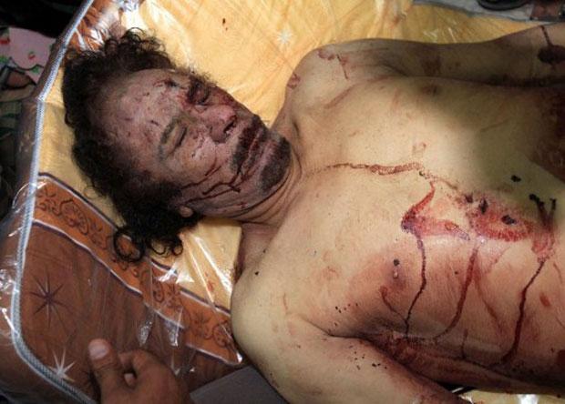 O médico que acompanhou o transporte do corpo de Kadhafi em Sirte afirmou que o ditador líbio foi morto com dois tiros no peito (Foto: AFP)