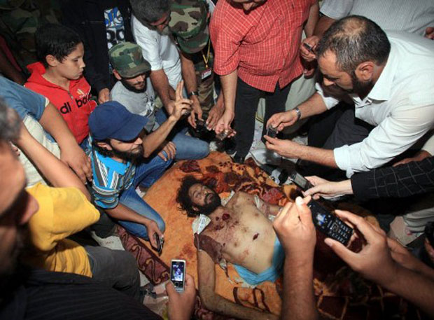 Corpo de Muatassim, filho de Muammar Kadhafi, também foi levado a Misrata como 'troféu' pelos soldados líbios da transição (Foto: AFP)