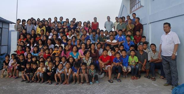 Ziona (à direita) tem 39 esposas, 94 filhos e 33 netos. (Foto: Adnan Abidi/Reuters)