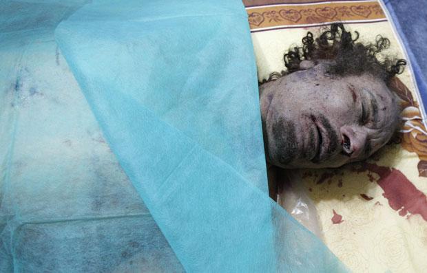 Corpo de Kadhafi foi coberto com um pano dentro de uma casa em Misrata (Foto: Reuters)