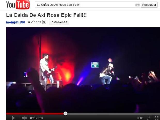 Axl Rose no momento em que caiu no palco em show no México (Foto: Reprodução)