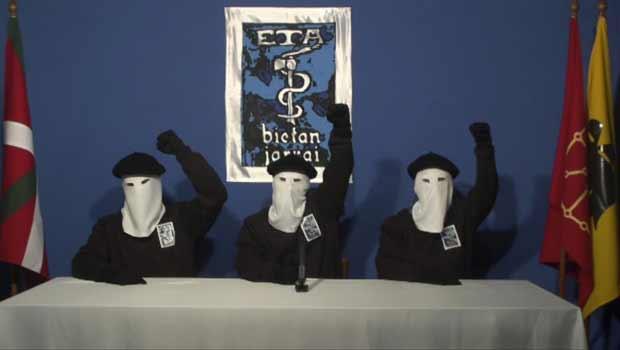 Integrantes do ETA anunciam o abandono completo das armas, em vídeo publicado nesta quinta-feira (20) (Foto: Reuters)