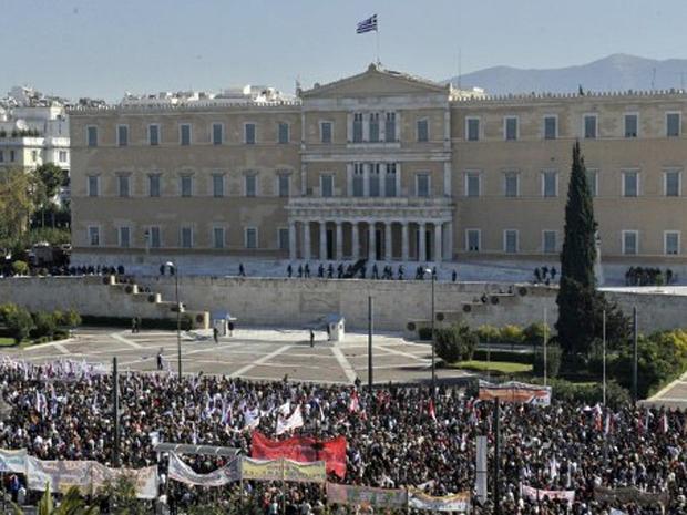 Milhares de manifestantes já estavam em frente ao Parlamento grego à espera de votação de pacote de medidas de austeridade (Foto: AFP)