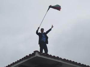 Líbio comemora no telhado da sede da embaixada (Foto: Lucas Cyrino / G1)