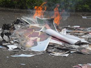 Cartazes de Kadhafi queimados na embaixada líbia em Brasília (Foto: Lucas Cyrino / G1)