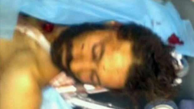 Imagem da TV Al Arabiya mostra corpo de homem que seria Muatassim, filho de Muammar Kadhafi  (Foto: AFP)