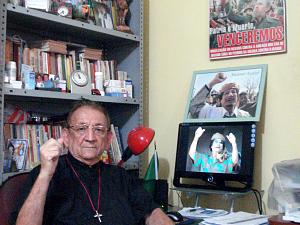 """Padre Haroldo Coelho estuda """"Livro Verde"""", utilizada como Constituição da Líbia desde a década de 1970. (Foto: Haroldo Coelho/Arquivo Pessoal)"""