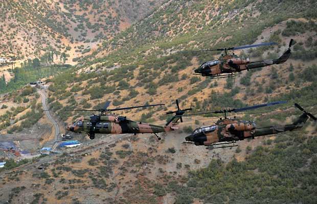 Helicópteros militares turcos sobrevoam a província de Hakkari, próximo à fronteira do Iraque, na região onde rebeldes curdos mataram 24 soldados na quarta-feira (19). A foto é do dia 15 (Foto: AP)