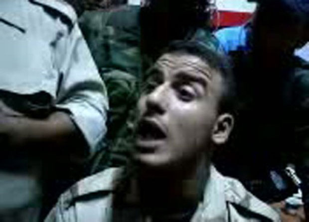 Jovem líbio afirma ter matado Muammar Kadhafi com dois tiros (Foto: AFP/Youtube)