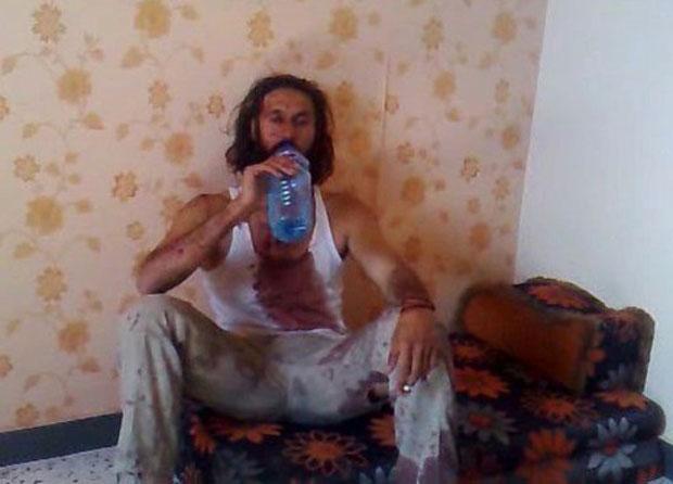 Mantido em um quarto por soldados do novo governo, filho do ditador bebe de uma garrafa d'água (Foto: AFP/Youtube)