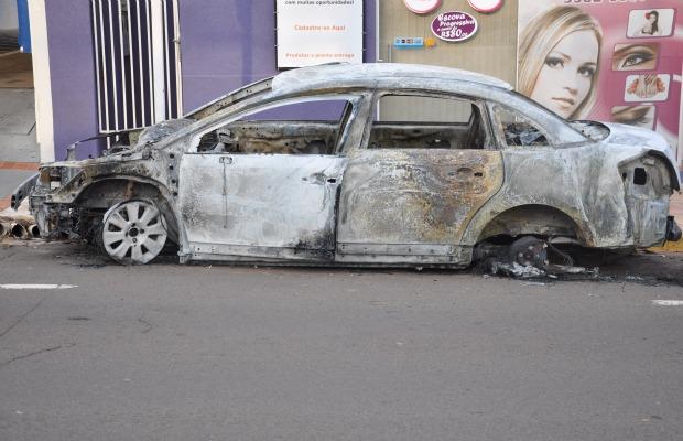 Carro de luxo teria sido queimado por criminosos (Foto: Tawany Marry/G1 MS)