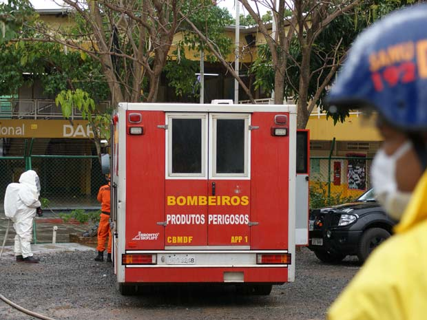 Policiais e bombeiros na escola do Paranoá, no Distrito Federal, em que bomba caseira foi encontrada (Foto: Vianey Bentes/TV Globo)