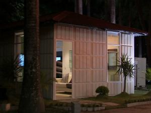 Casa construída com plástico reciclável está aberta para  visitação até 22 de dezembro em Fortaleza. (Foto: TV Verdes  Mares/Reprodução)