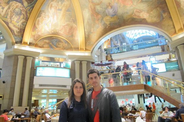 O casal Henry Bugalho e Denise Nappi, autores do guia 'Nova York para mãos-de-vaca' nas Galerias Pacífico, centro de Buenos Aires (Foto: Amauri Arrais / G1)