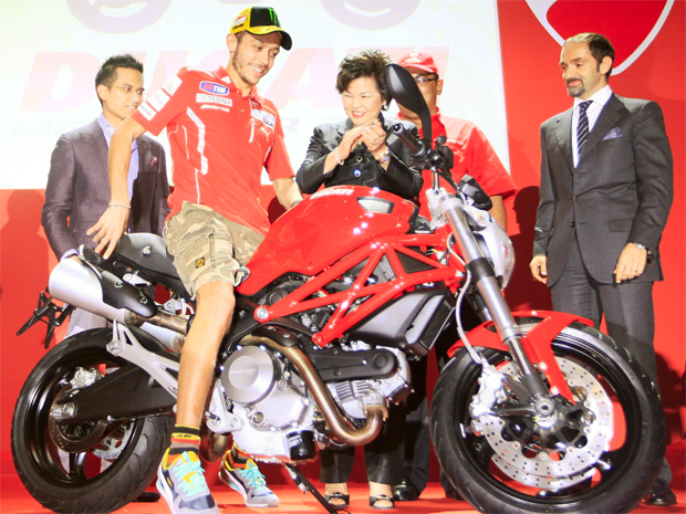 Valentino Rossi mostra nova Monster 795 (Foto: Samsul Said/ REUTERS)