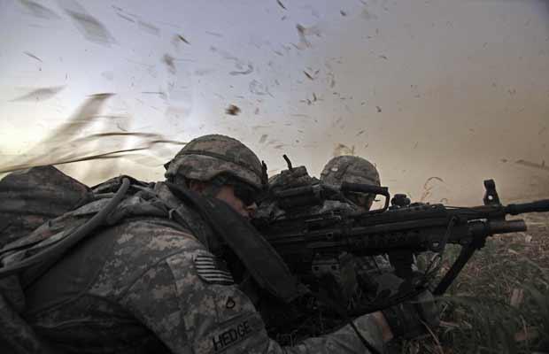 Soldados americanos durante operação em Istaqlal, norte de Bagdá, em 8 de agosto (Foto: AP)