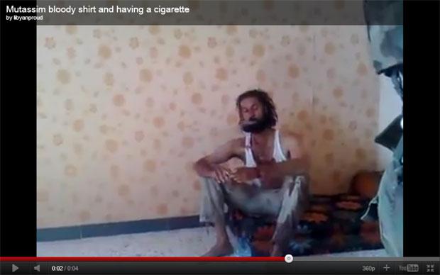 Muatassim Kadhafi é visto fumando em vídeo publicado na internet (Foto: Reprodução/Youtube)