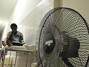 Pacientes levaram ventiladores para aguardar atendimento nos corredores do PS (Foto: Iara Vilela )