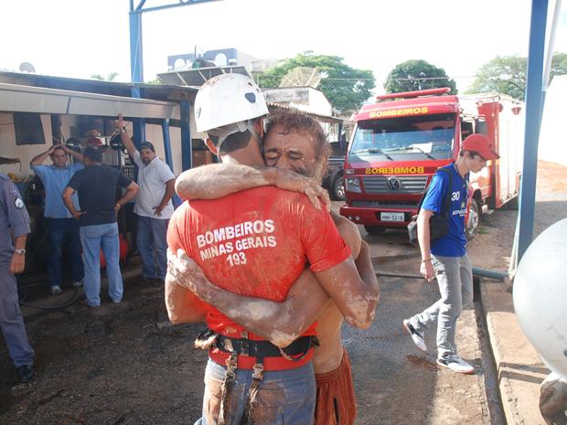 Bombeiros usaram equipamentos de segurança para retirar o homem da cisterna (Foto: Aislan Henrique/Patos Hoje)